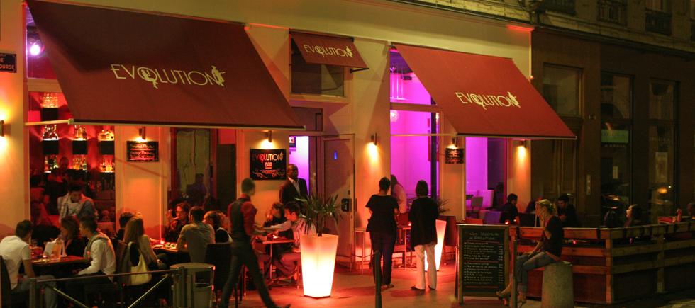 « Si vous y allez en vacances ou même si vous vivez à Lyon, mais ne connaissez pas les meilleurs bars, cette liste pourra vous aider quand vous pensez à marquer un programme différent pour une des nuits de vos vacances » Les meilleurs bars à cocktails de Lyon Les meilleurs bars à cocktails de Lyon Untitled 18