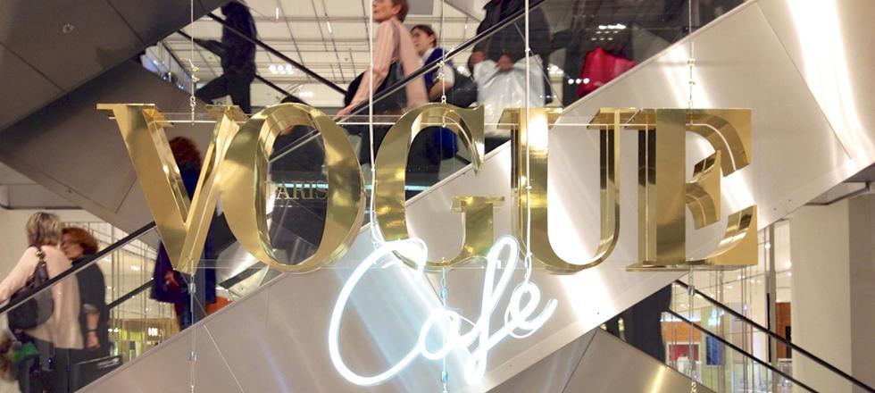 « Dès le 23 janvier au 22 mars, vous pouvez trouver dans l'atrium du Printemps Haussmann le nouveau VOGUE Café. » Le nouveau VOGUE Café au Printemps Le nouveau VOGUE Café au Printemps Le nouveau VOGUE Caf   au Printemps Magasins Deco