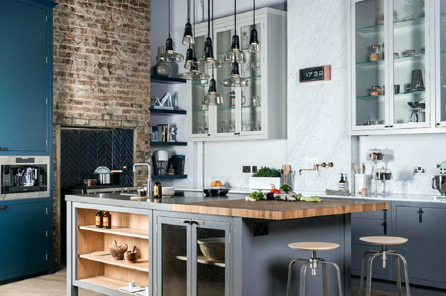 Le Design Incroyable d'une Cuisine de Style Industriel ! wooden breakfast bar ideas modern classic industrial kitchen wooden breakfast bar backless bar stools gray island and cabinets exposed brick walls light wood flooring small pendant wood breakfast bar